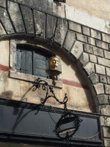 The golden head at the foot of the Rialto Bridge
