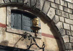 The golden head at the foot of the Rialto Bridge